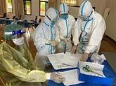 Des agents médicaux militaires vietnamiens aident le Laos
