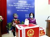 Des dirigeants et anciens dirigeants se rendent aux urnes à Hanoï