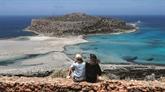 La joie des touristes sous le soleil grec