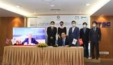 Signature d'un contrat d'installation de bouées flottantes pour l'éolien offshore à Binh Thuân