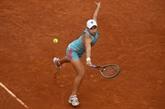 Barty remporte le duel de lauréates de Roland-Garros contre Swiatek