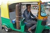 Un chauffeur de tuk-tuk se change en ambulancier pour les pauvres