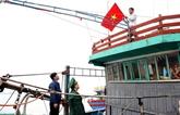 Le président Nguyên Xuan Phuc offre 5.000 drapeaux nationaux aux pêcheurs