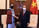 Le président Nguyên Xuân Phuc reçoit les ambassadeurs de quatre pays