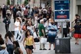 COVID-19 : Paris tombe le masque en extérieur, inquiétude dans d'autres pays