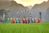 Un créateur de mode apporte des fleurs nationales de l'ASEAN àl'ao dài