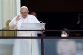Le pape salue des fidèles depuis un balcon de son hôpital