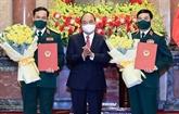 Remise des décisions de promouvoir les grades militaires à deux dirigeants du ministère de la Défense