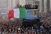 Football : les champions d'Europe de retour au pays savourent un bain de foule