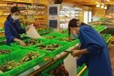 Les jeunes bénévoles aident la population à faire ses courses