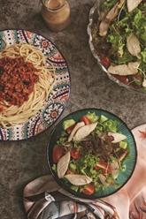 Spaghetti au bœuf haché et salade à la poitrine de poulet