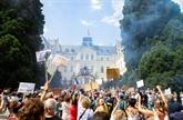 France : débat au Parlement sur le pass sanitaire, la vaccination progresse