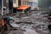 Les secouristes cherchent des survivants après la coulée de boue au Japon