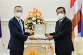 Le Premier ministre cambodgien reçoit l'ambassadeur sortant du Vietnam