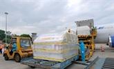 Plus de 97.000 doses du premier lot de vaccin de Pfizer sont arrivées au Vietnam