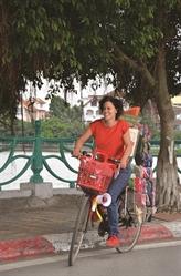 Au Vietnam, une Belge donne une autre vie aux sandales perdues