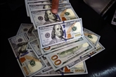 Le dollar faiblit face à l'euro après un plus haut en trois mois