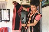 Un jeune Bahnar cherche à valoriser les brocatelles traditionnelles