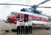 Un hélicoptère transportant le vaccin anti-COVID-19 vers le district insulaire de Côn Dao