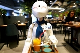 Handicap : à Tokyo, un café avec des robots fait le pari de l'inclusion