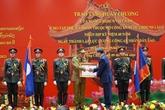 Remise de distinctions honorifiques du Vietnam au ministère de la Police du Laos