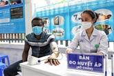COVID-19 : vaccination pour des résidents étrangers à Hanoï