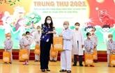 La vice-présidente Vo Thi Anh Xuân offre des cadeaux à des enfants hospitalisés