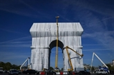 Macron inaugure l'Arc de Triomphe empaqueté, le