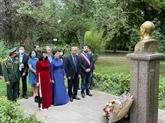 Dépôt de gerbes de fleurs à la mémoire du Président Hô Chi Minh en France