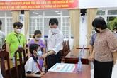 L'hôpital Cho Rây remet 12 bourses à des élèves orphelins
