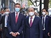 Le président Nguyên Xuân Phuc visite la société Pfizer Biopharmaceutical