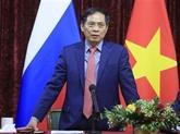 Le ministre des AE Bùi Thanh Son rencontre des Vietnamiens en Russie