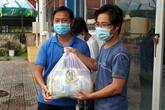 Cadeaux aux étudiants cambodgiens touchés par le COVID-19 à Cân Tho