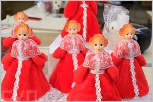 Les poupées du Nouvel An dans lusine Biryusinka (Sibérie)