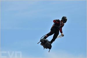 Franky Zapata dans le ciel sur son Flyboard Air
