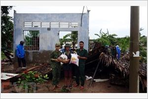Remise de cadeaux aux familles endommagées par la tornade à Soc Trang