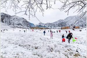 La montagne Jinfo sous la neige