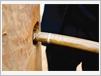 Le rotin passe à travers une colonne en bois de fer.