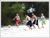 Enfants jouant sur le sable.
