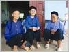Des vieilles dames Nùng en ao bà ba, la chemise traditionnelle qui n'est plus portée aujourd'hui que dans les campagnes.