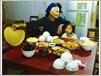 Une vieille dame Nùng et son arrière-petite-fille avant un repas traditionnel de fête.