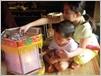 Les jouets traditionnels séduisent toujours les bambins.