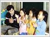 L'instituteur Nông Van Chuyên enseigne le chant aux enfants.