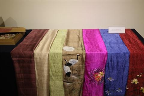 Des produits en soie du Vietnam exposés en R de Corée