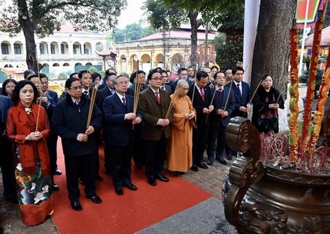 Des dirigeants font offrande de baguettes dencens à la cité Thang Long