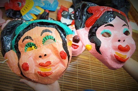pas mal une performance supérieure ventes spéciales La dernière famille d'artisan de masques en papier mâché à ...