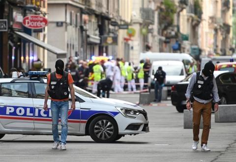 Explosion d'un colis piégé à Lyon: 13 blessés légers, un suspect recherché