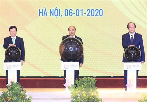 """Résultat de recherche d'images pour """"Le Premier ministre vietnamien Nguyên Xuân Phuc (centre), président de l'ASEAN 2020, et les délégués lancent l'Année vietnamienne de présidence de l'ASEAN 2020. Photo : AVI"""""""