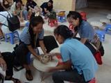 Les étudiants francophones au village de la céramique de Bat Tràng