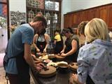 Les étrangers découvrent la gastronomie vietnamienne